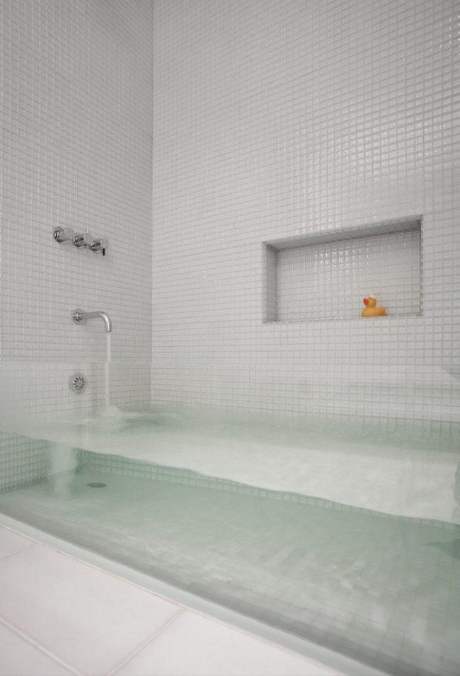 Необычная ванная из стекла подчеркнет стиль светлой ванной комнаты