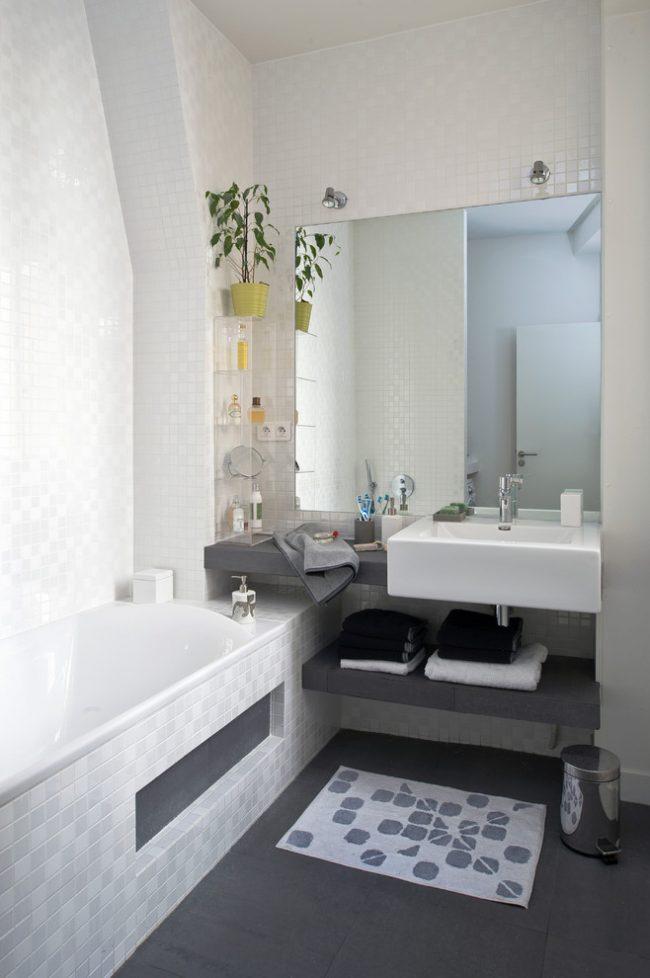 Контрастный пол и ванная в нише визуально увеличат помещение