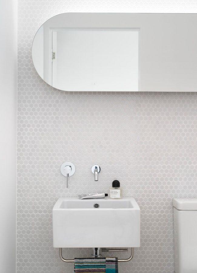 Белая мозаика в ванной: шестигранная мозаика из натурального камня в небольшой ванной комнате