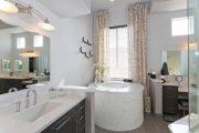 Фото 31 Белая мозаика в ванной комнате: 80+ интерьерных воплощений цветового пуризма и чистоты