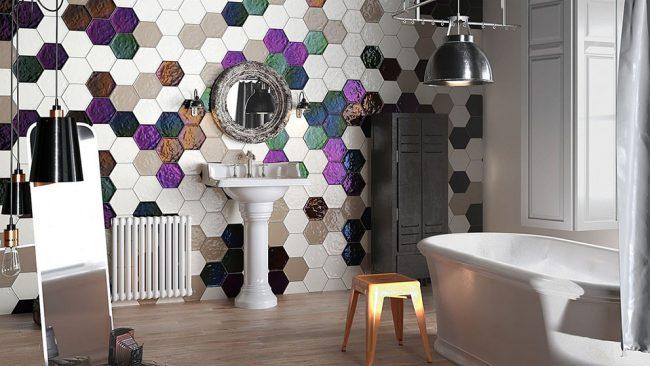 Яркая крупная мозаичная плитка, украшающая стену ванной комнаты в стиле эклектик