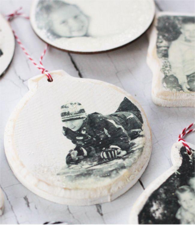 Игрушки со старыми черно-белыми фотографиями помогут разнообразить декор новогодней ёлки
