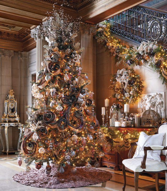 Роскошная высокая елочка с обилием гирлянд и красивых бумажных украшений