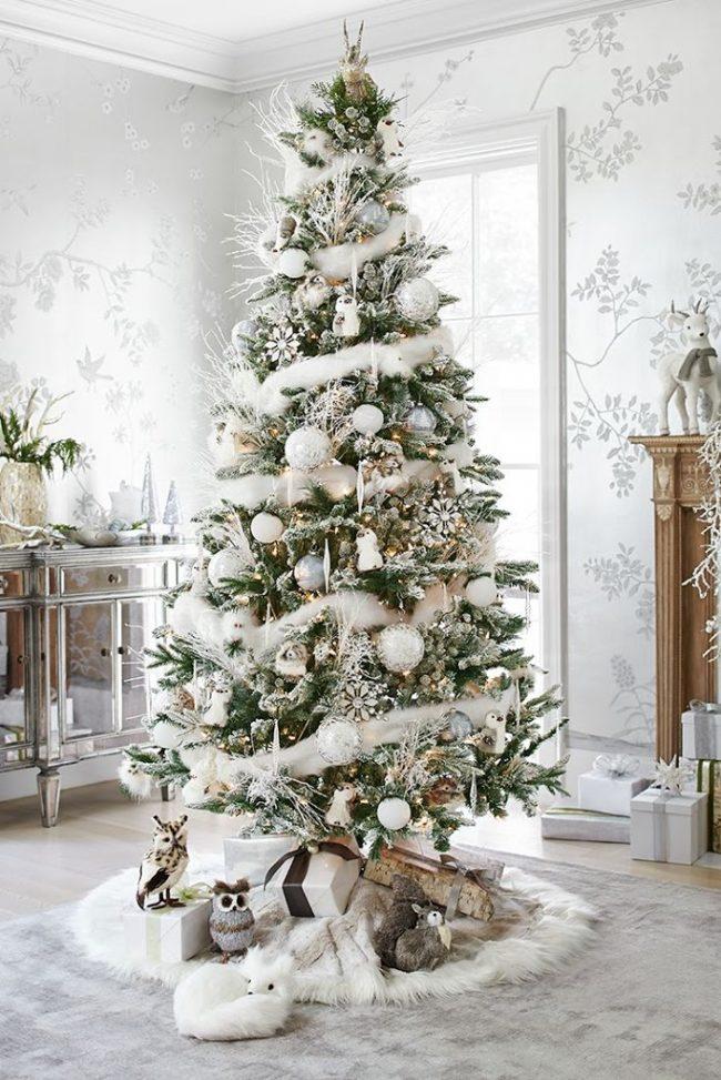 Красивая высокая ёлка в снежной мишуре