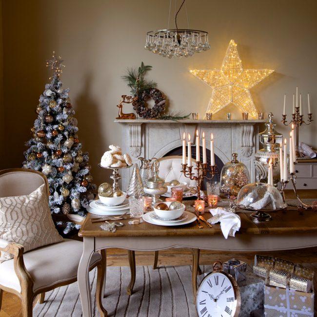 Прекрасный новогодний декор гостиной и небольшой ёлочки