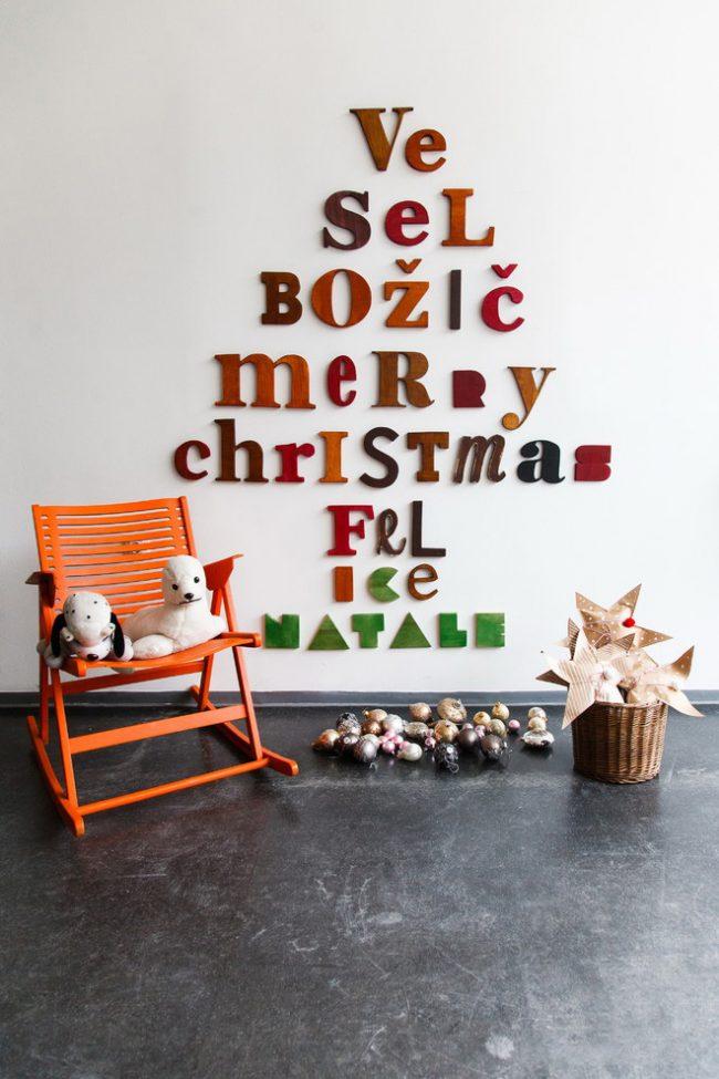 Оригинальная ёлочка на стене из рождественских фраз