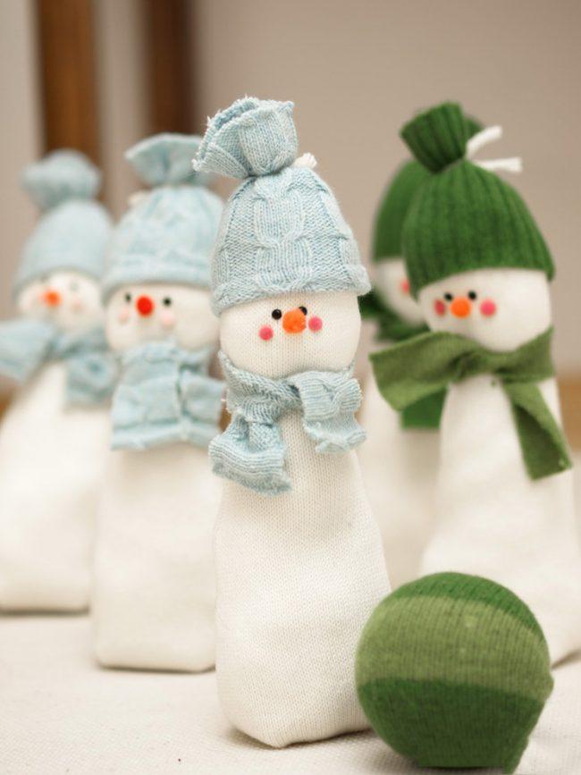 Самодельные снеговички, которых можно расположить как под ёлкой, так и на ёлке