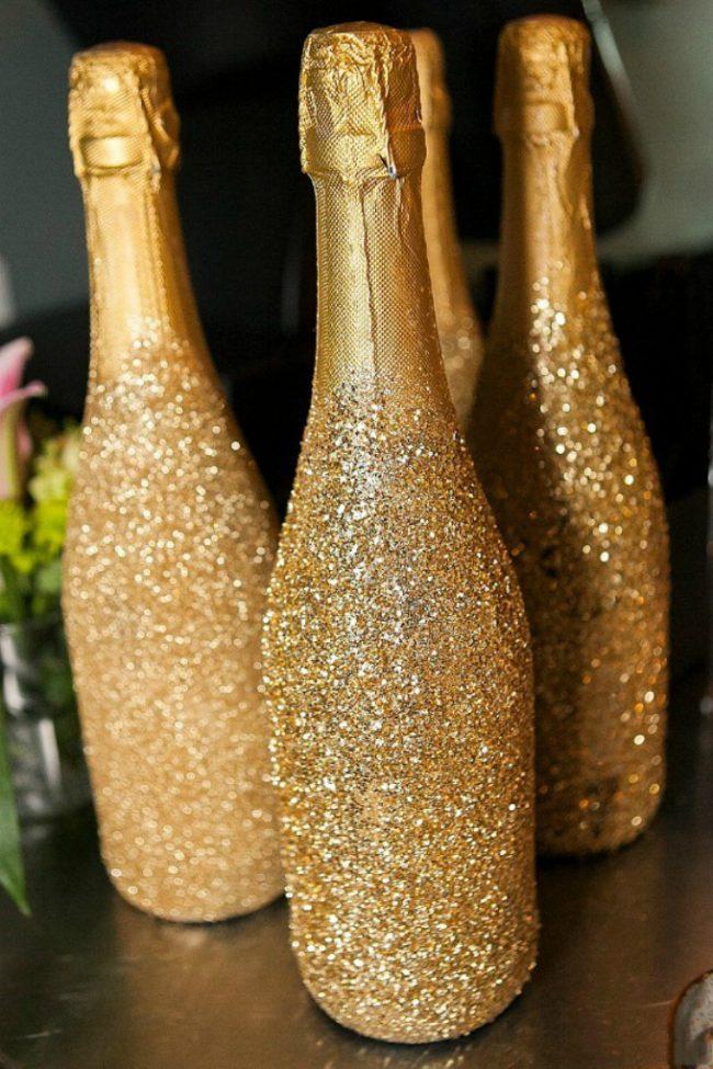 Праздничный декор шампанского золотистыми блестками