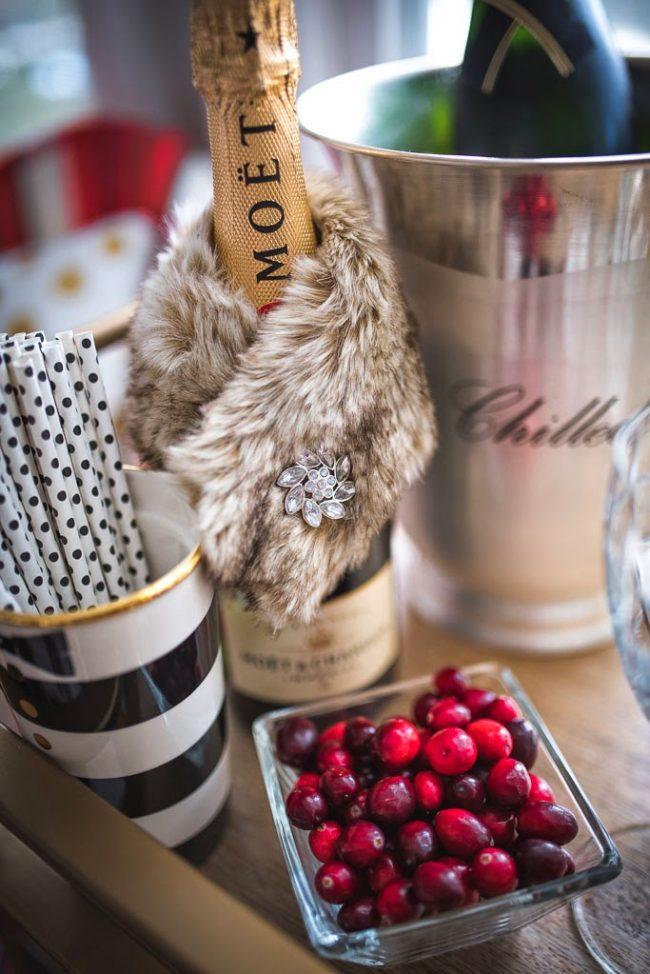 Шампанское, украшенное роскошной меховой накидкой с брошью