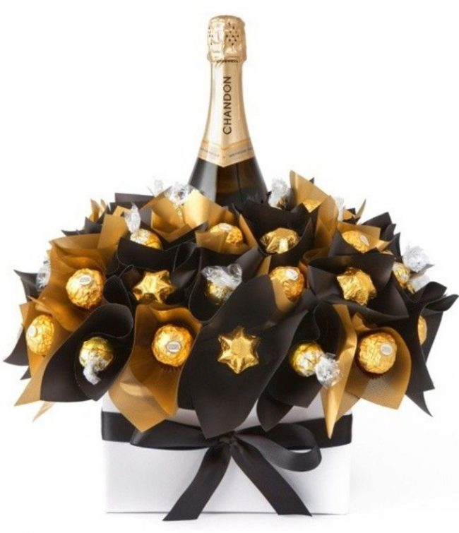 """Новогодний """"букет"""" из конфет и шампанского"""