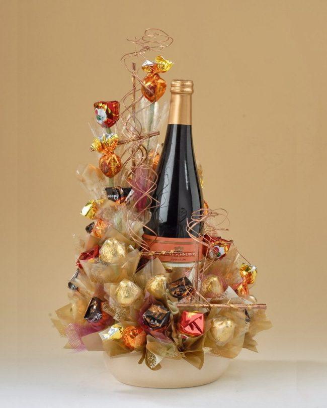 Подарок из конфет и шампанского своими руками