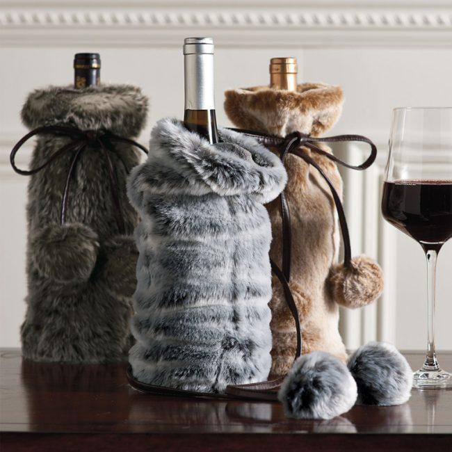 Изящные мешочки из меха для шампанского в новогодние праздники