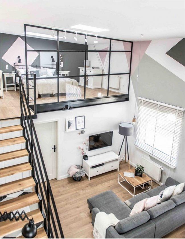 Узкая двухэтажная квартира с маршевой лестницей у стены