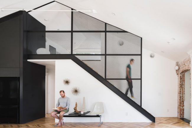 Строгий контрастный хай тек в мансардной двухэтажной квартире