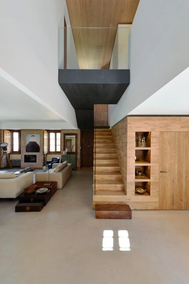 Просторная квартира студия в двух уровнях, требующая больших финансовых вложений