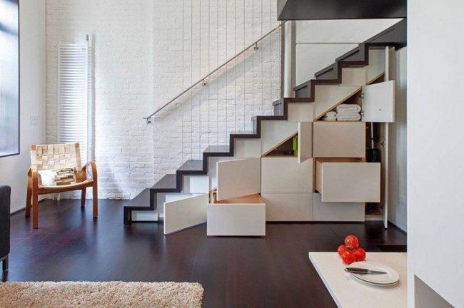 Грамотное расположение лестницы не будет красть пространство небольшой двухуровневой квартиры