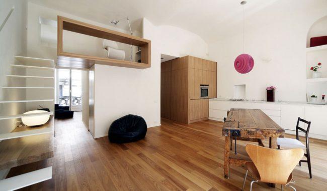 Легкий минимализм в интерьере двухэтажной квартиры с элементами дерева светлых пород