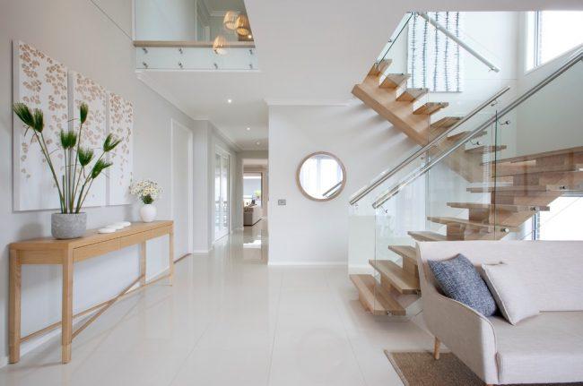 Легкая деревянная лестница в середине квартиры, не нагружающая интерьер помещения