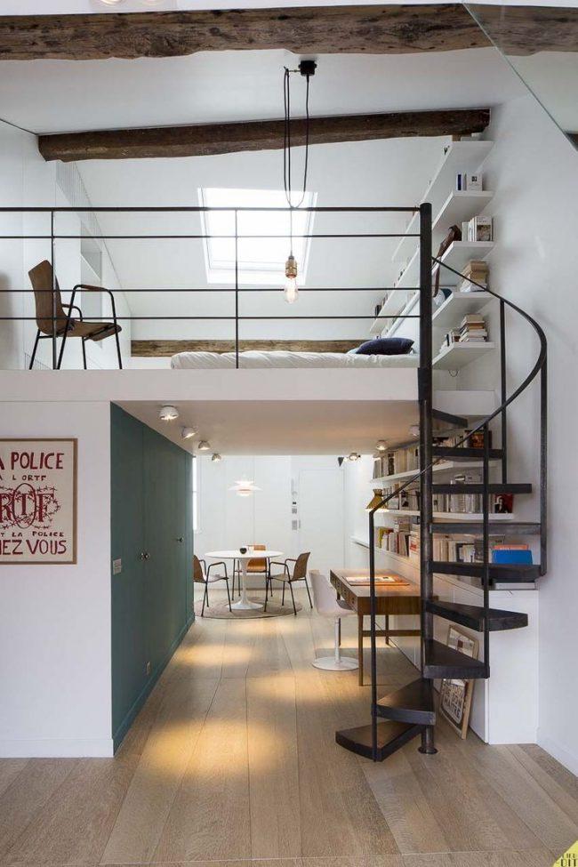 Винтовая лестница из металла для экономии пространства в небольшой квартире