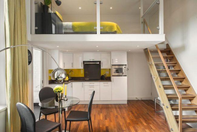 Небольшая спальная зона на втором уровне малогабаритной квартиры
