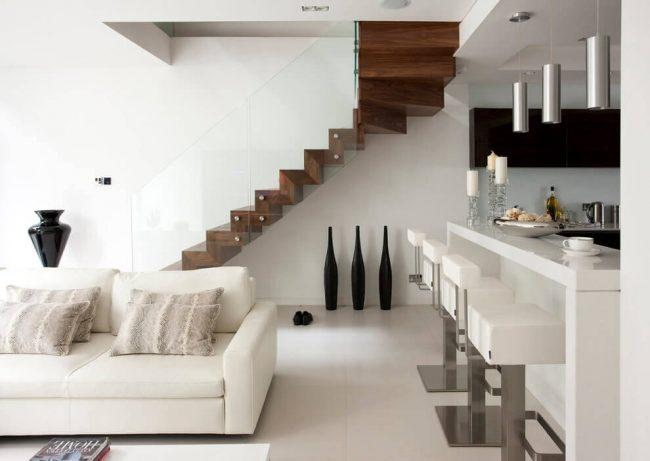 Маршевая лестница из дерева с оригинальными стеклянными перилами