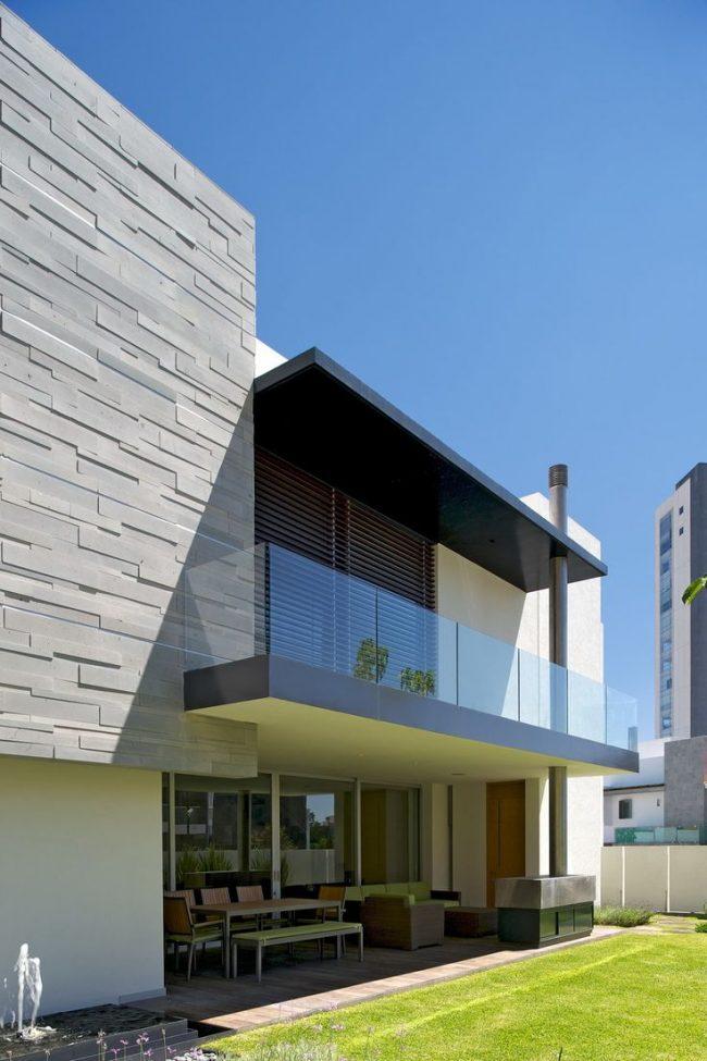 Отделка наружных стен фиброцементными панелями с интересным стильным рельефом
