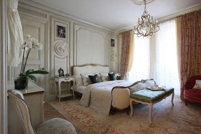 Фактурные стены станут украшением французской спальни