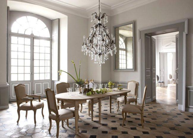 Большие окна, люстры, клетчатая плитка и зеркала в столовой в духе французского интерьера