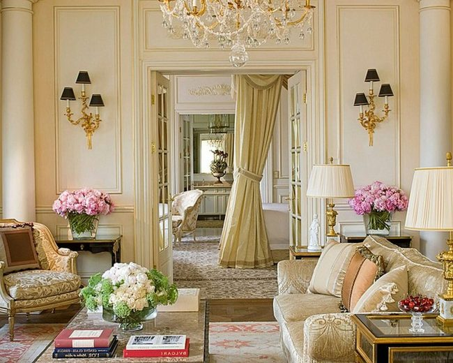 Многочисленные подушки на мягких диванах в французском стиле
