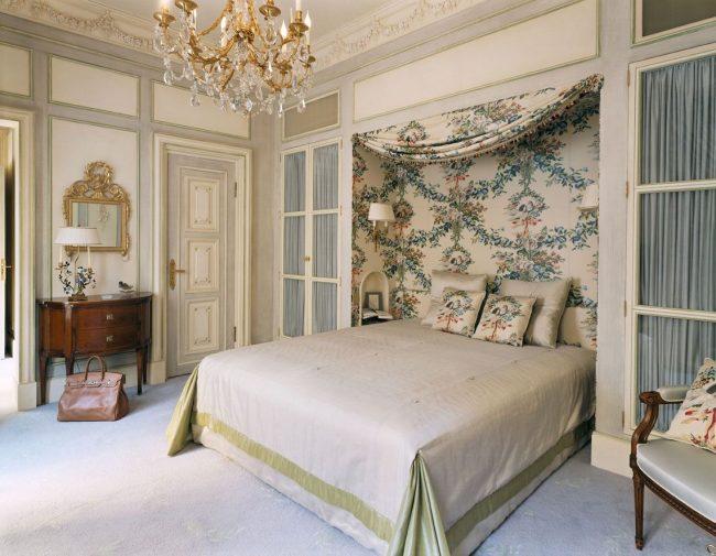 Занавески над кроватью, в дверных проемах