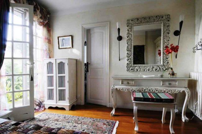 Деревянный стол с ковром в восточном стиле в французской спальне