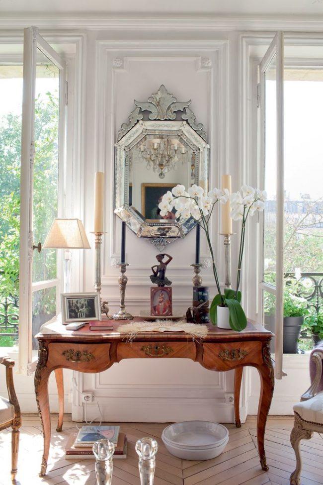 Антикварное зеркало, свечи, статуэтки, графины, рамки для фотографий в французском стиле