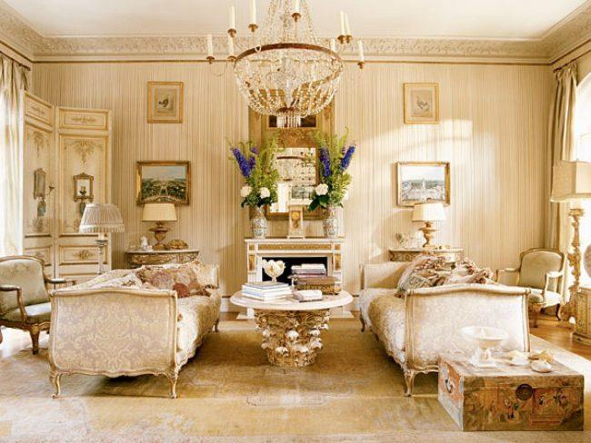Французский интерьер навеянный мотивами замков: антикварная мебель, цветы, ширмы, люстры, картины
