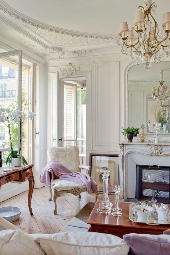 Лепнина на потолках добавит изысканности интерьеру в французском стиле