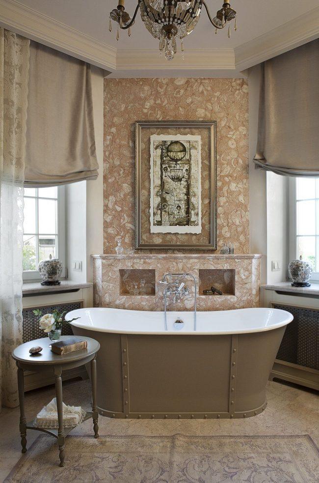 Украсить ванну можно также мраморной отделкой, люстрой, туалетным столиком с вазой