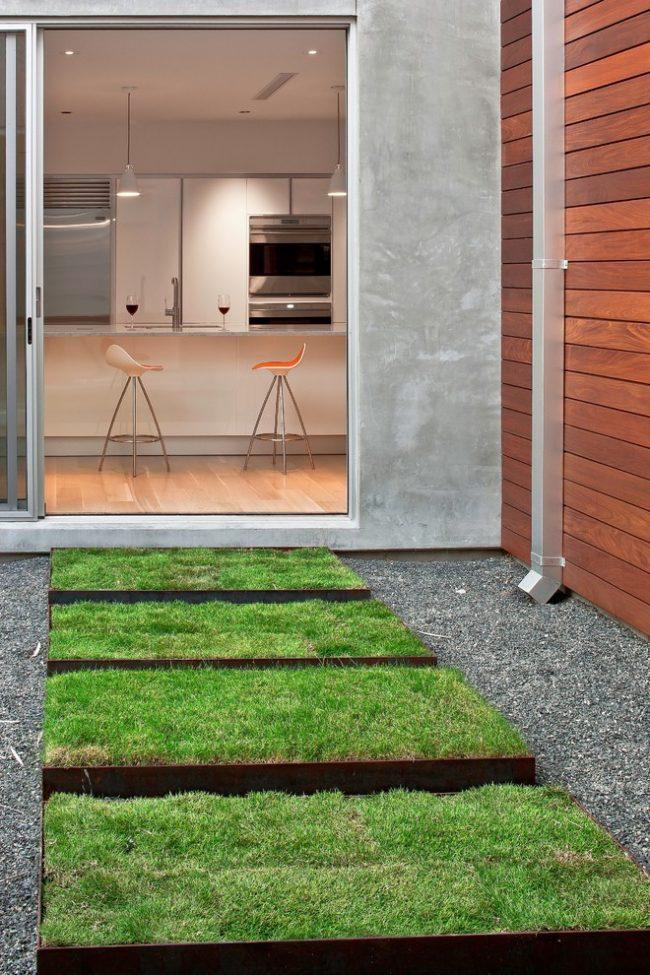 Креативная дорожка во дворе из небольших фрагментов устеленных газонной травой