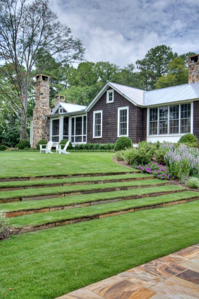 Сочный зеленый ковер перед домом - одна из важных деталей ландшафта участка