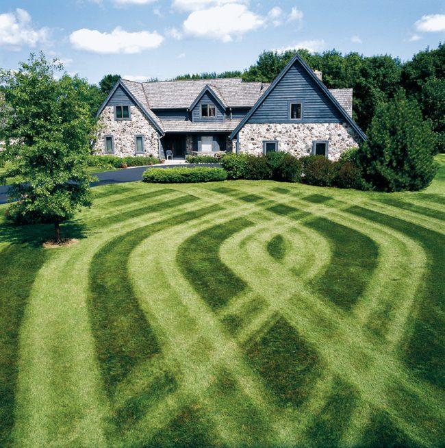 С помощью газонокосилки можно создать неповторимый образ придомового участка