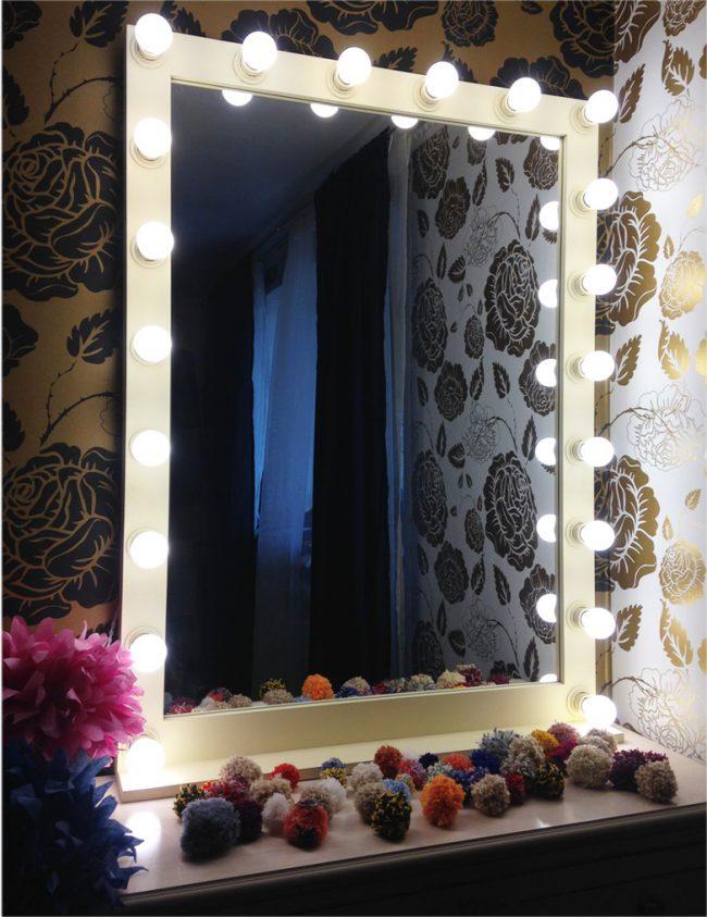 Белая пластиковая рама для гримерного зеркала с подсветкой