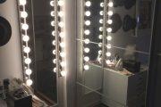 Фото 10 Гримерное зеркало с лампочками: 75 элегантных идей для гардеробной, спальни и ванной