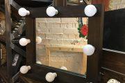 Фото 25 Гримерное зеркало с лампочками: 75 элегантных идей для гардеробной, спальни и ванной