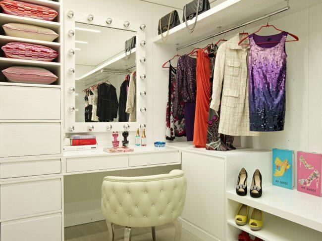 Гримерка в домашних условиях, оборудованная в гардеробной