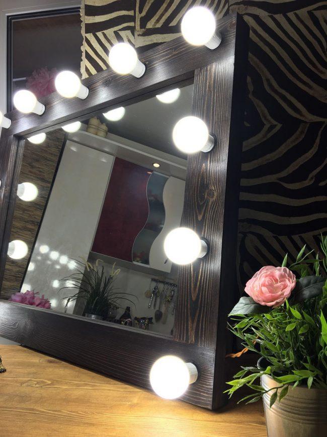 Гримерное зеркало с лампочками: яркая зеркальная подсветка поможет добиться необходимого результата