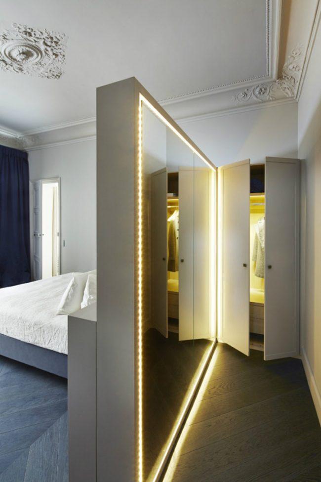 Роскошное зеркало на всю перегородку с подсветкой по всему периметру в классическом интерьере