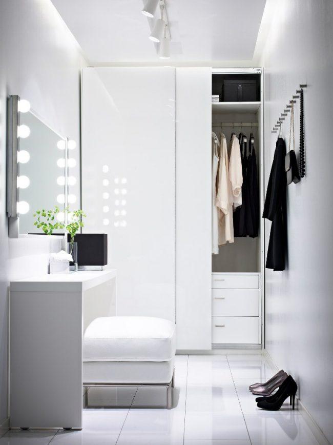 Небольшое гримерное зеркало в прихожей с дополнительным освещением