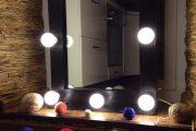 Фото 28 Гримерное зеркало с лампочками: 75 элегантных идей для гардеробной, спальни и ванной