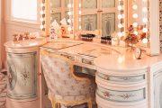 Фото 30 Гримерное зеркало с лампочками: 75 элегантных идей для гардеробной, спальни и ванной