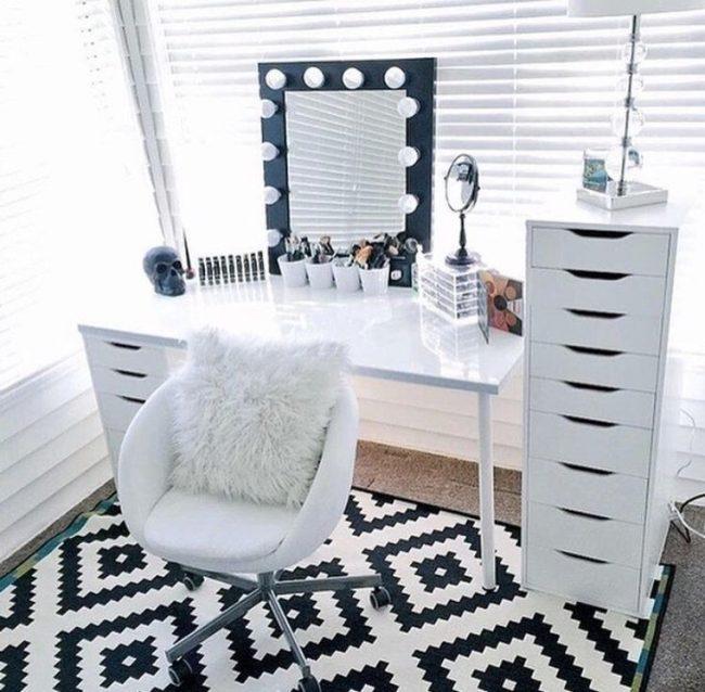 Контрастная оправа гримерного зеркала в светлой спальне