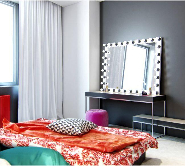 Зеркало с подсветкой для макияжа в спальне