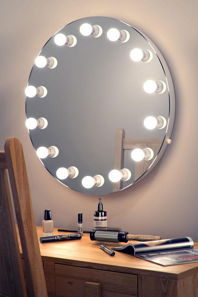 Большое количество ламп вокруг зеркала помогает максимально четко увидеть себя и создать идеальный макияж
